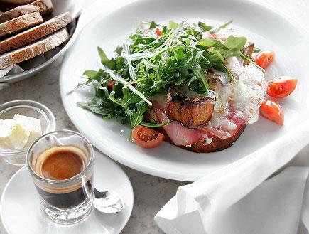 """ביצים עלומות על טוסט במסעדת מנטה ריי (צילום: יח""""צ)"""