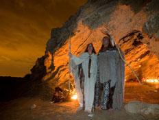שני שמאנים בכניסה למערה בלילה