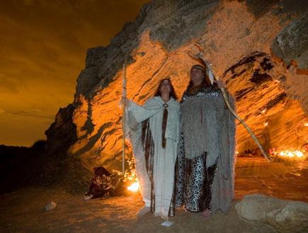 שני שמאנים בכניסה למערה בלילה (צילום: איציק מרום)