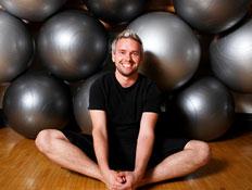 גבר עם הרבה כדורי פילטיס (צילום: Songbird839, Istock)