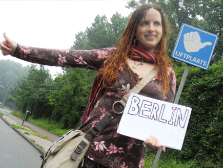 בחורה עוצרת טרמפים בדרך לברלין