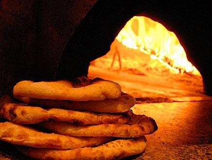 """תנור עצים ופיתות (צילום: יח""""צ)"""