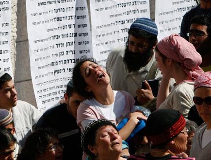 אבלים במהלך מסע ההלוויה של הרוגי הפיגוע בירושלים (צילום: רויטרס)