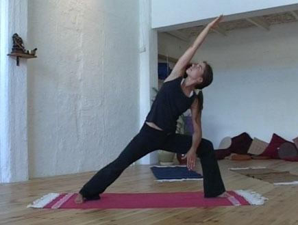 סדנת יוגה-אישה עושה תרגיל מתיחה צידית (צילום: אור גץ)