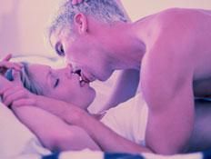 סקס- בחורה שוכב מעל בחורה ומנשק אותה (צילום: jupiter images)