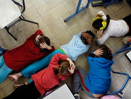 ילדים בבית ספר באשקלון נשכבים על הרצפה