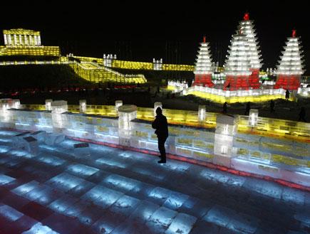 פסטיבל הקרח בחרבין - תמונה צבעונית ממרחק באלכסון (צילום: רויטרס)