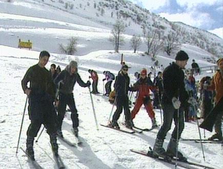 גולשים בשלג בחרמון (תמונת AVI: אור גץ, חדשות1 ערוץ 2)