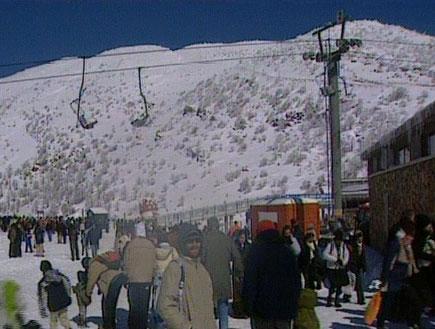 גולשים בשלג על הר החרמון (תמונת AVI: אור גץ, חדשות1 ערוץ 2)