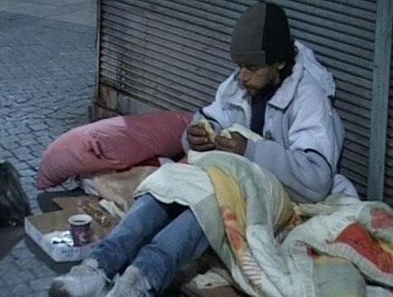 מחוסר בית ברחוב (תמונת AVI: אור גץ, חדשות1 ערוץ 2)