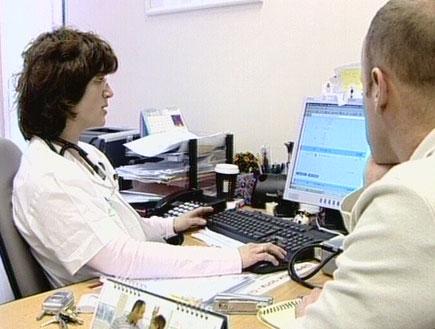 פציינט אצל רופא (תמונת AVI: אור גץ, חדשות1 ערוץ 2)