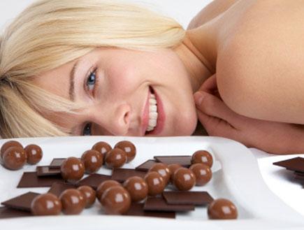 אישה עם שוקולד (צילום: istockphoto)