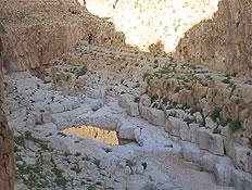 טיולים במדבר יהודה: חור בסלעים בעין נמר