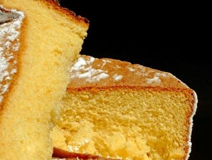 עוגת ספוג עם אבקת סוכר על רקע שחור (צילום: istockphoto)