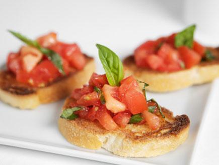 קרוסטיני- פרוסות לחם דקות קלויות (צילום: istockphoto)