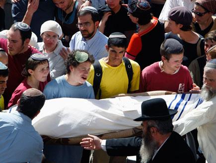 לוויית אחד הנרצחים בפיגוע במרכז הרב בירושלים (צילום: רויטרס)