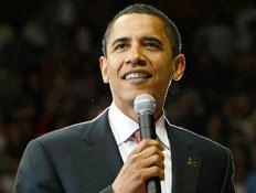 ברק אובאמה מחזיק מיקרופון ומחייך (צילום: רויטרס, רויטרס3)