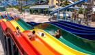 ילדים מתגלשים במגלשות בפארק המים בחולון