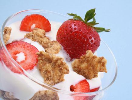 קינוח יוגורט עם תותים ועוגיות (צילום: Monika Adamczyk, Istock)