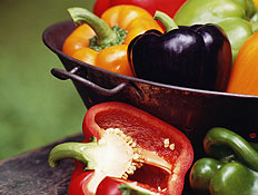 דיאטה ותזונה - קערה עם פלפלים בכל מיני צבעים (צילום: Thinkstock)