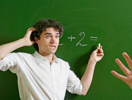 תלמיד כותב על לוח (צילום: Viorika, Istock)