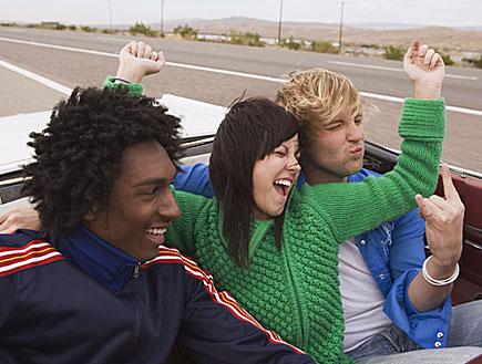 3 צעירים במושב האחורי של מכונית עם גג פתוח (צילום: אור גץ, jupiter images)