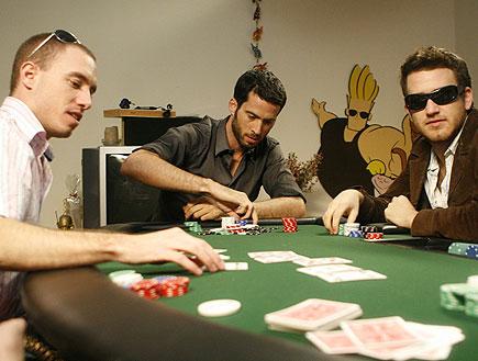 עידו רוזנבלום משחק פוקר עם שני חברים (צילום: שוקה כהן)
