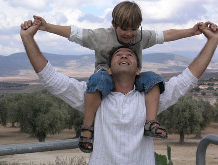 מה עושים עם הילדים - אבא מרים בן על הכתפיים (צילום: jupiter images)