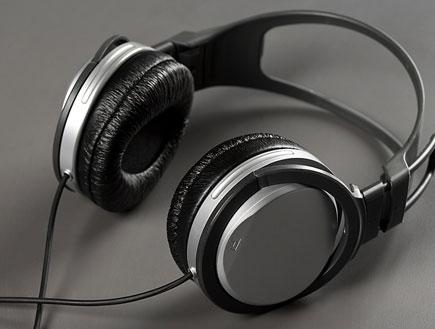 """מסיבות וחיי לילה בחו""""ל - אוזניות על רקע אפור (צילום: jupiter images)"""