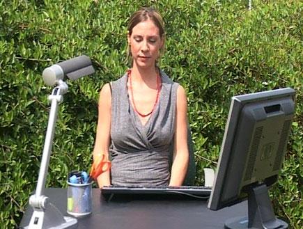ריסטרט-אישה עושה נשיפות בטבע מול שולחן עבודה (צילום: אור גץ)