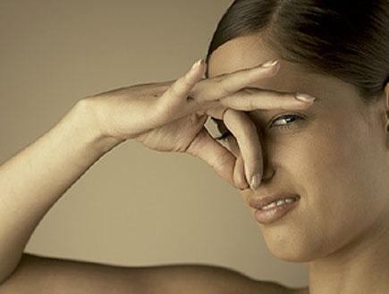 סותמת את האף  (צילום: jupiter images)