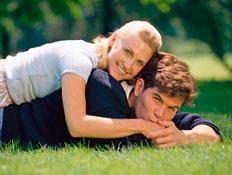 אהבה על הדשא (צילום: jupiter images)