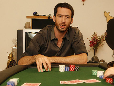 עידו רוזנבלום משחק פוקר (צילום: שוקה)