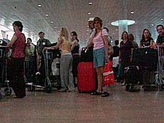 מחכים בשדה התעופה (תמונת AVI: חדשות)