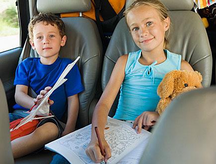 2 ילדים ברכב (צילום: jupiter images)
