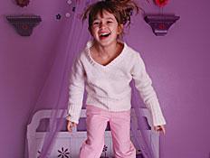 ילדה קופצת על המיטה (צילום: woogies1, Istock)