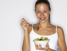אוכל ומזלות-אישה לבושה בלבן, אוכלת סלט (צילום: אור גץ, jupiter images)