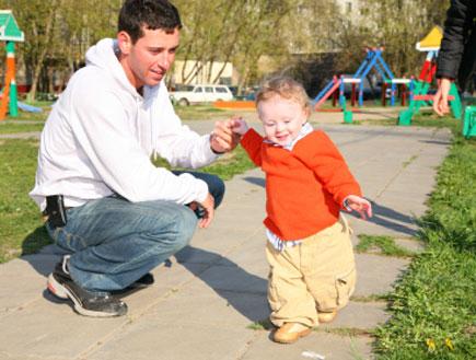 אב מלמד את בנו ללכת (צילום: istockphoto)