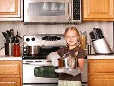 ילדה מבשלת (צילום: istockphoto)