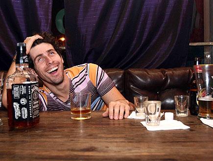 שיכור על הבר (צילום: עודד קרני)
