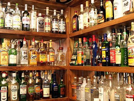 בקבוקי אלכוהול בבר (צילום: עודד קרני)