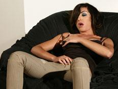 קלוז אפ על שחקנית פרונו נוגעת בעצמה (צילום: אלירן אביטל)