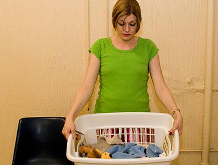עקרת בית מרימה סל כביסה (צילום: אור גץ, iStock)