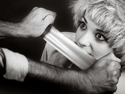 מסקינטייפ בשפתיים (צילום: אור גץ, iStock)
