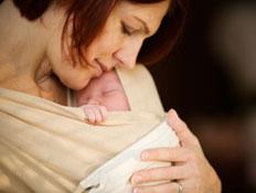 אם מחזיקה את תינוקה במנשא (צילום: istockphoto)