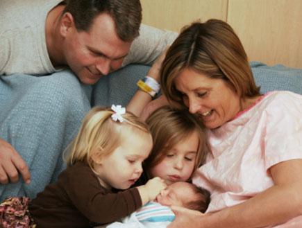 משפחה אושרת לאחר לידת ילד נוסף (צילום: Skyak, Istock)