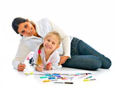 אם ובתה מציירות (צילום: kot2626, Istock)