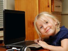 ילדה משחקת במחשב (צילום: gmnicholas, Istock)