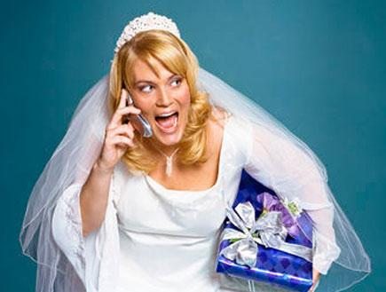כלה מדברת בטלפון ומחזיקה מתנה (צילום: אור גץ)