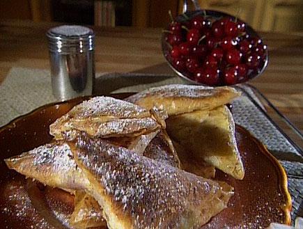 משולשי פילו במילוי גבינות ודובדבנים9022 (תמונת AVI: אהרוני מבשל לחברים1)